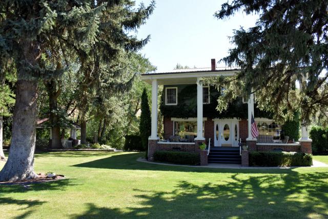 Romantic getaways at Warm Springs Inn & Winery in Wenatchee, Washington.
